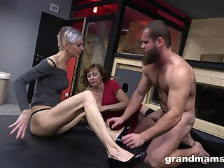 Muscular dude satisfies two grannies back intelligent threesome sex